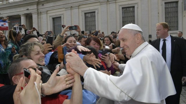 pope francis meets the faithful